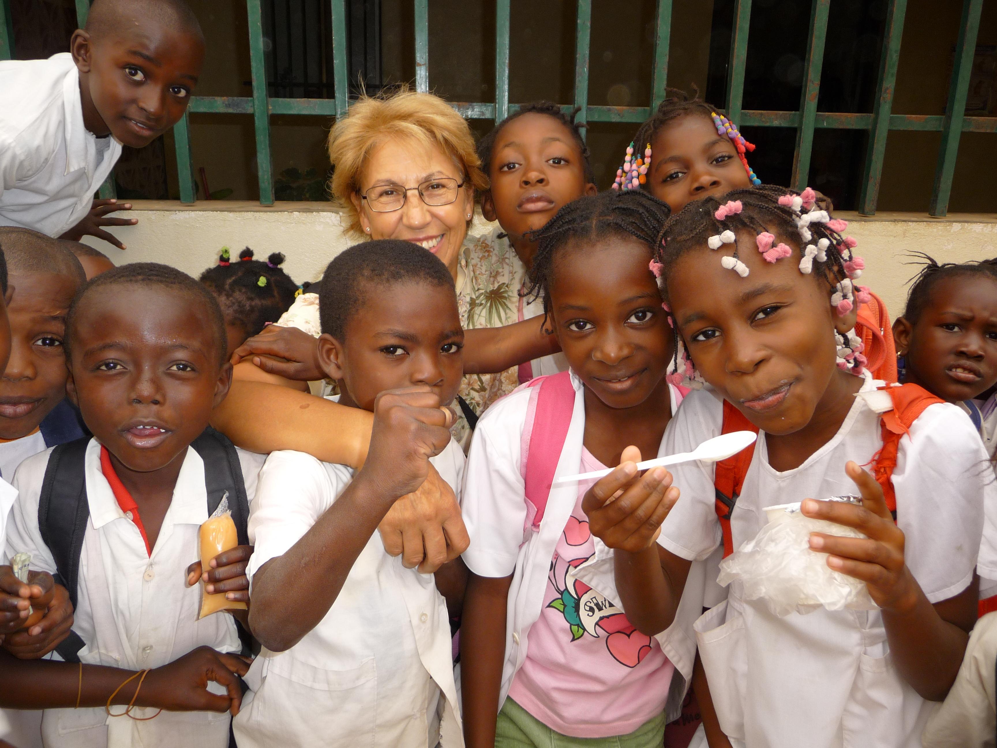 Presidente con bambini africani