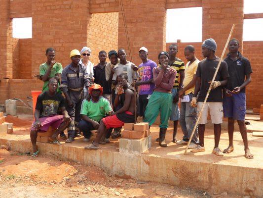 ragazzi costruzione casa