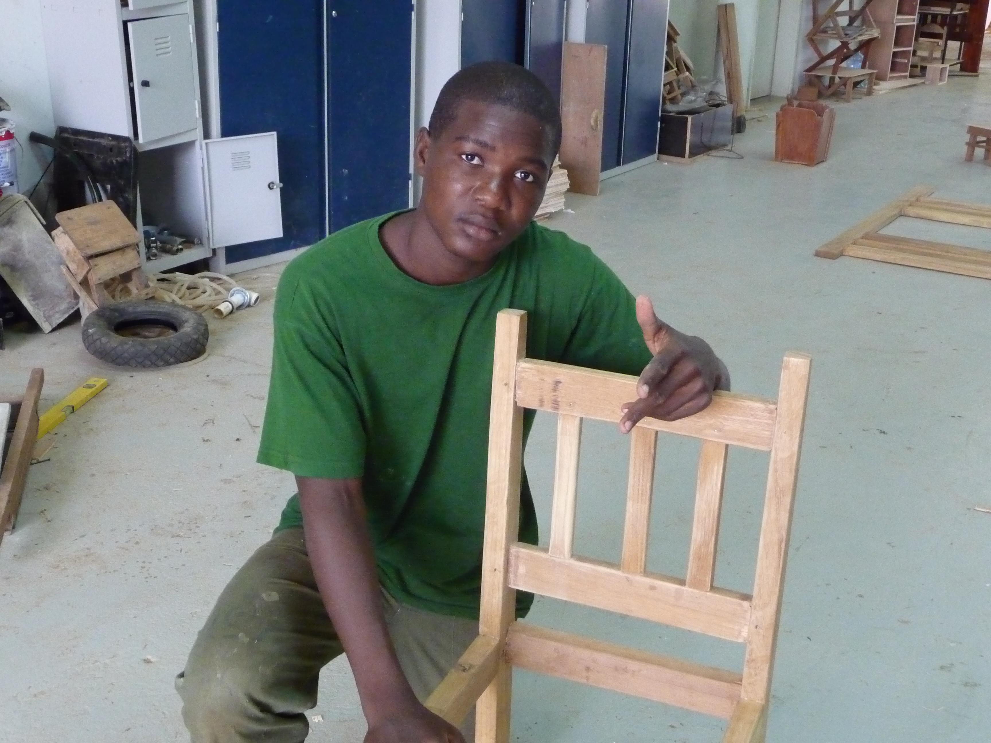sedia costruita ragazzo